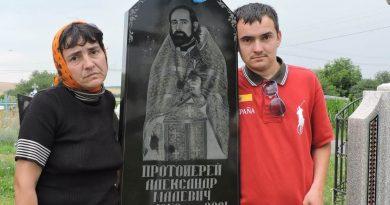 Після важкої хвороби чоловік став на ноги на могилі діда