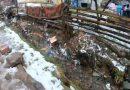 Сміттєва річка, пластикові береги. У мережі показали проблему із забрудненням природи у ромському таборі. ВІДЕО