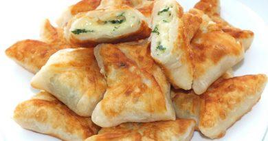 Кефірні конвертики з сиром і зеленню: ніжна начинка, повітряне тісто і рум'яна скоринка